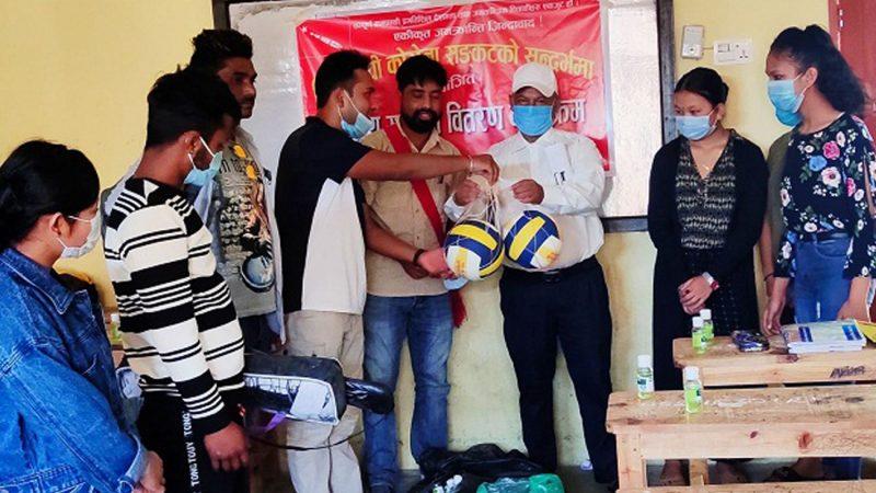 अखिल क्रान्तिकारी विद्यार्थीलाई बाँड्यो स्वास्थ्य र खेलकुद सामग्री