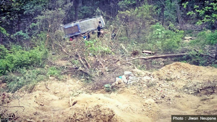 नवलपरासीको दाउन्नेमा बस दुर्घटना, चारजनाको मृत्यु, ४९ जना घाइते