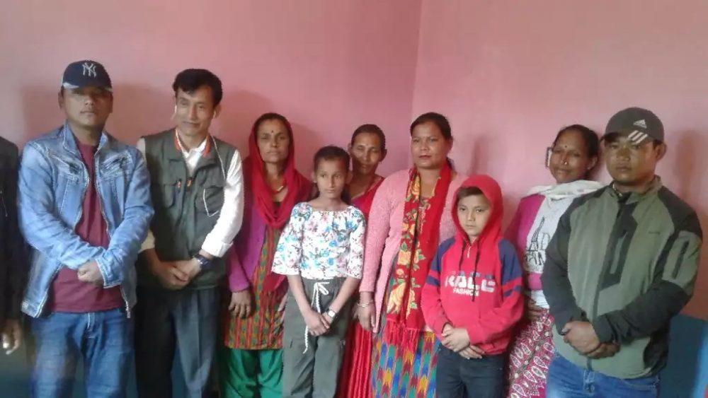 नेकपा नेता माइला लामाद्वारा आस्थाका बन्दी-परिवारसँग भेटघाट