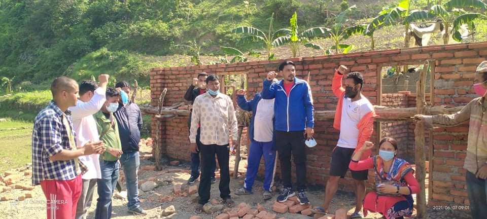 विपन्न परिवारको घर निर्माणमा युवा सङ्गठन नेपाल दाङले गर्यो सहयोग