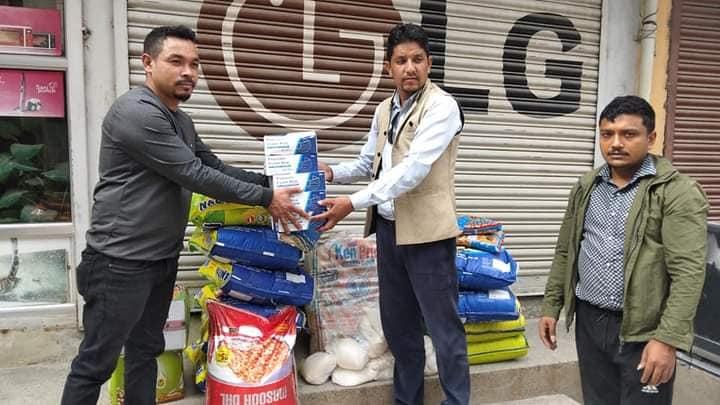 राहत संकलनमा नेकपा काठमाडौँ महानगर सक्रिय, दिल बहादुर श्रेष्ठद्वारा सामाग्री हस्तान्तरण