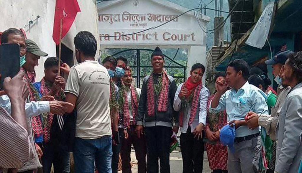बाजुरा जेलबाट रिहा भएका आदर्शसहित १२ जनालाई नेकपाद्वारा भव्य स्वागत