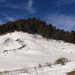 हिउँले ढाकिएको पहाड र घाँसे मैदान
