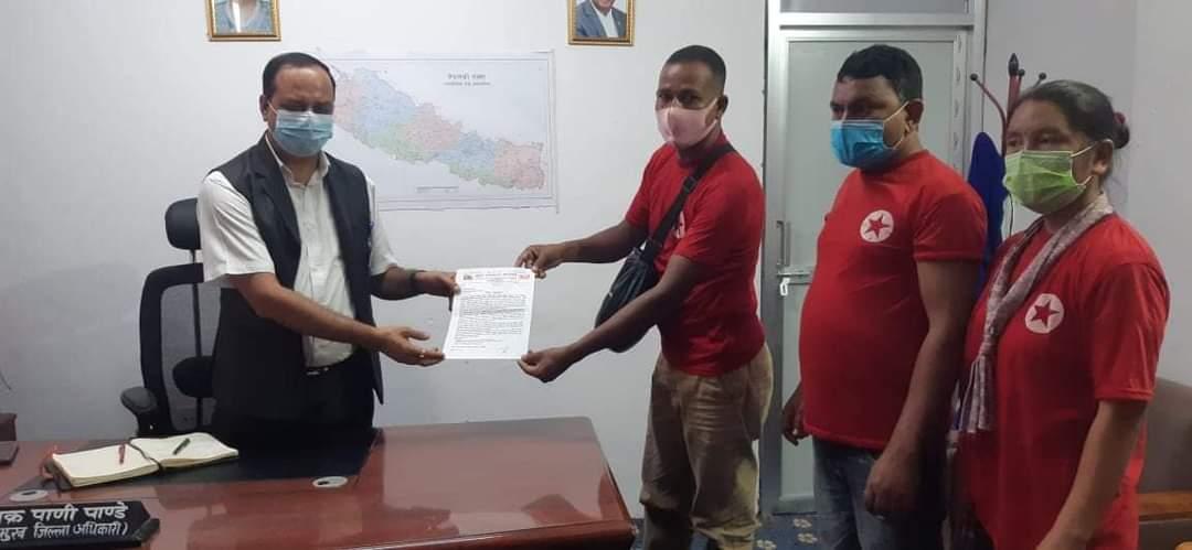 युवा सङ्गठन कपिलवस्तुले जिल्ला अधिकारीमार्फत प्रधानमन्त्रीलाई ज्ञापनपत्र बुझायो