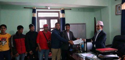 ३ बुँदे सहमति यथासिघ्र कार्यान्वयन गर्न मागसहित कालिकाेट प्रशासन कार्यलयमा ज्ञापनपत्र