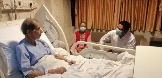 प्रवक्ता प्रकाण्डले भेटे उपचाररत क्रान्तिकारी माओवादीका नेता किरणलाई